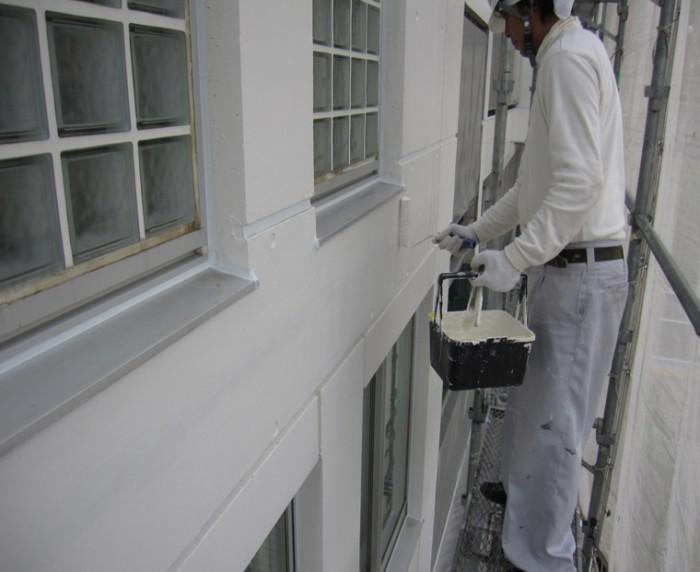 4-2 フレスコスカラー(シロキサン系無機質塗料)をローラーにて塗布
