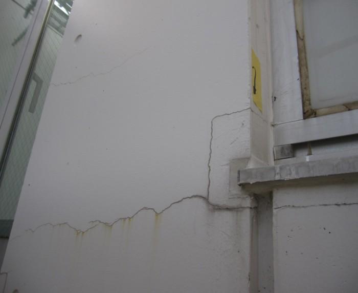 1-3.施工前 サッシ周りはコンクリート躯体と充填モルタルとの界面でクラックが発生することが多い。