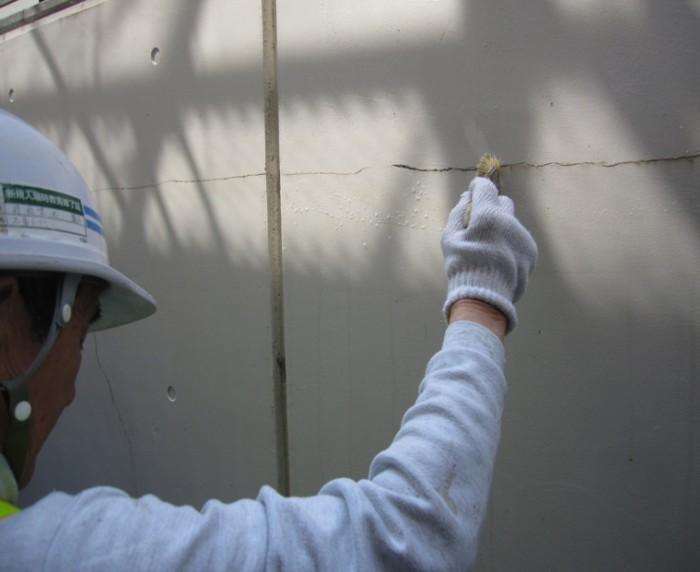 2-2.Sクリートクラック工法 クラックに沿ってSクリートアップを十分に塗布(2回) Sクリートアップは浸透性に優れているため、クラックの底まで到達しクラックの進行を抑制する
