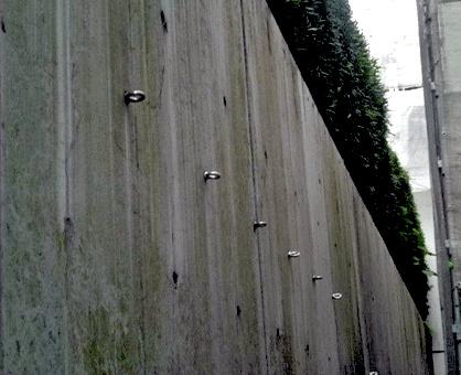 1.1 浮き部をはつり、鉄筋の防錆処理をペガサビンで施した後、Sクリートアップを塗布。ペガサビンは浸透性鉄 筋防錆材です。
