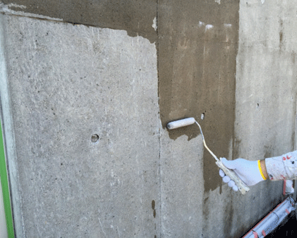 2.3 Sクリートアップ塗布。水養生不要のため外 壁部への塗布も簡便。