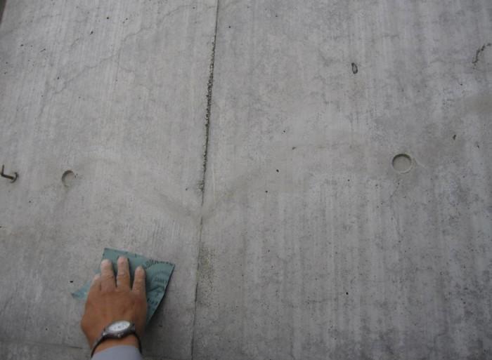 クラック補修 Sクリートクラック工法 クラック周辺に残った主材は 金ベラ等で削り取って行く。 その後、サンドペーパーをあて ると補修跡がより目立たなくな る。