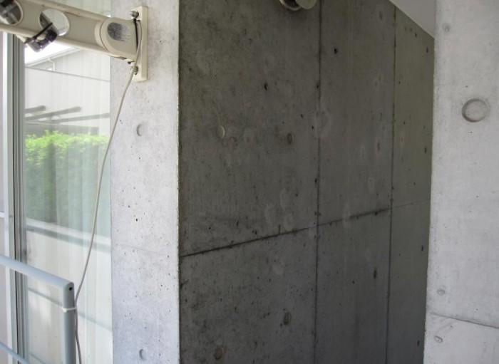 コンクリート打ち放し壁 高圧洗浄で落ちない汚れ、シ ミ、変色がある。