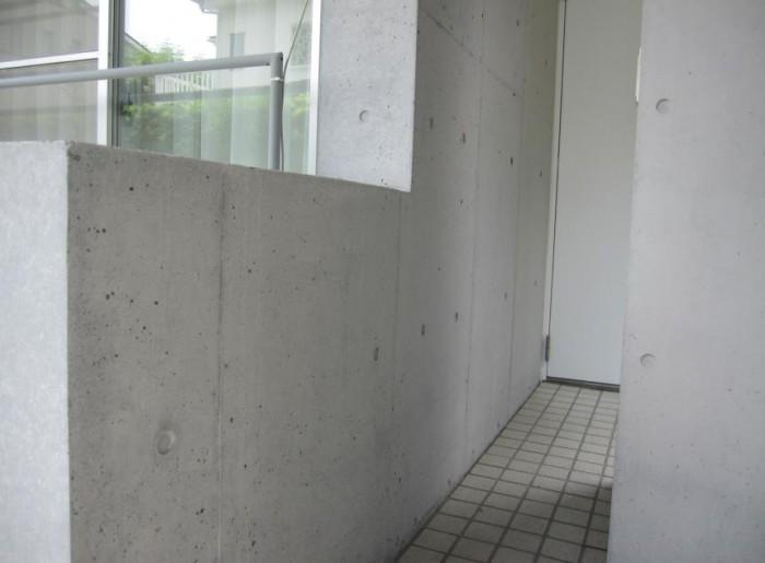 Sクリートカラー1回塗布後 下端の黒ずみも目立たなくな る。Sクリートカラーは半透明 な無機質塗料ですので、自然 な仕上がりになる。