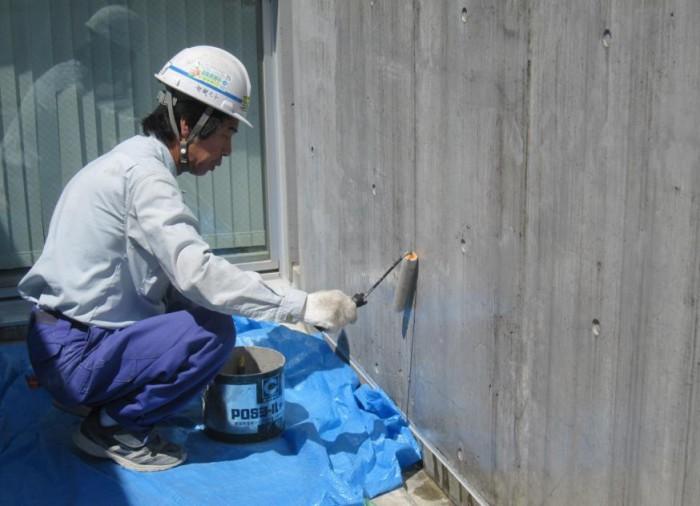 ベランダ内壁 高圧洗浄後、Sクリートアップ 塗布。 高圧洗浄では落とせない汚 れ、黒ずみが残っている。