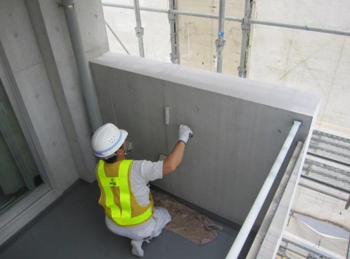 ベランダ内壁 Sクリートカラー2回目塗布 汚だれが黒くハッキリ残ってい たが目立たなくなっている。