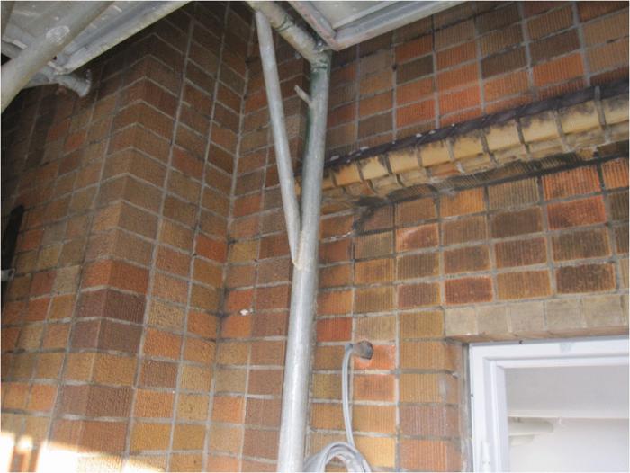 施工前、外壁タイルの状態。 70年前のタイルが現存しているが、やはり汚れが目立つ。