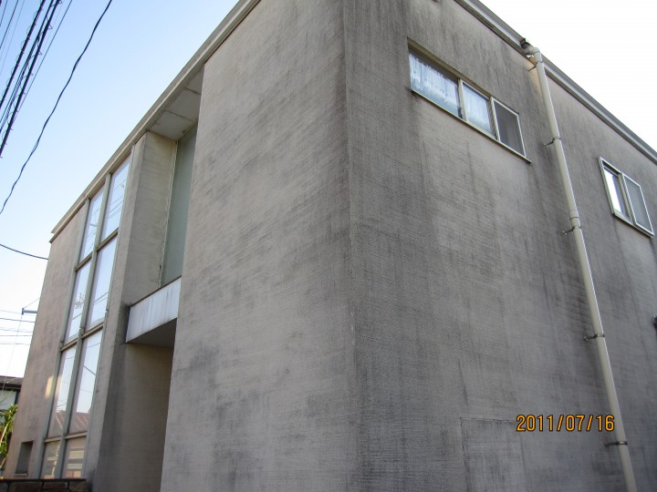 外壁の土壁が黒カビで汚れていた