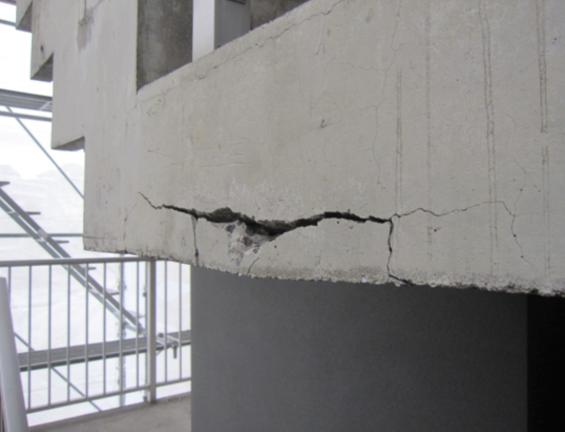 施工前 爆裂箇所 おおきな亀裂が生じている
