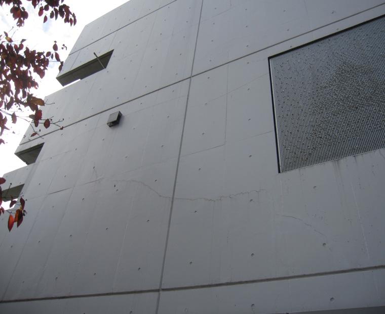 2-1.施工前 東面 正面道路に面している為、1番メインの壁だが、クラックが多く目立っている。