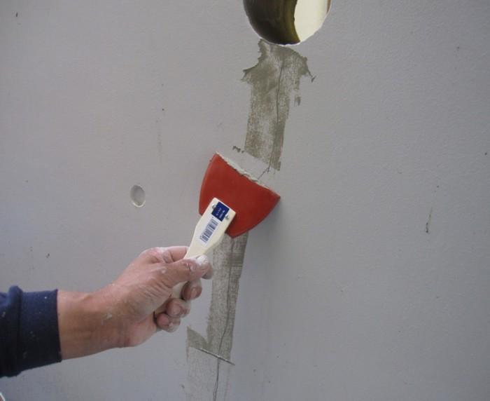 2-3.調合したSクリートクラックの主剤をゴムベラにてすり込む。
