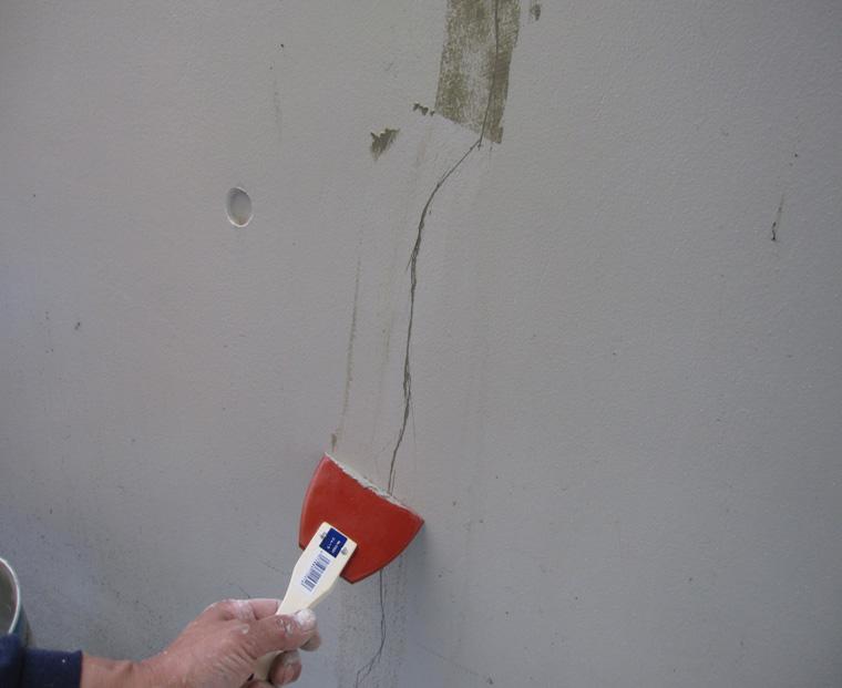 測定点 Sクリートクラック工法 3-1 表面に残った材料はそぎ取っていく。