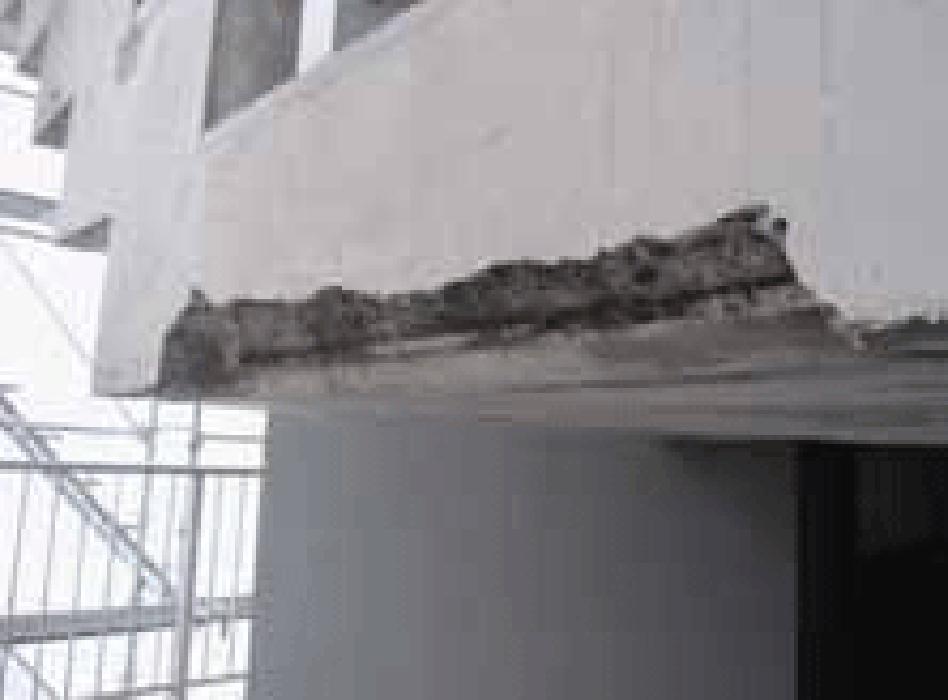浮き部をはつり、鉄筋の防錆処理をペガサビンで施し た後、Sクリートアップを塗布。ペガサビンは浸透性鉄 筋防錆材です。