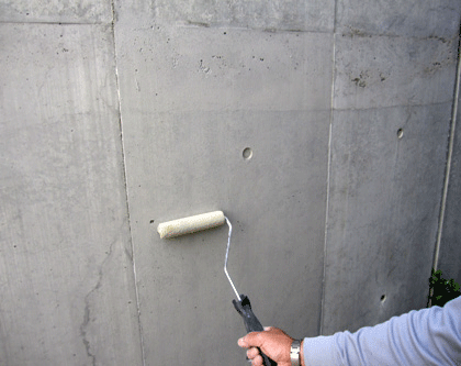 1.4 Sクリートカラーを水で倍希釈しローラーにて全体に塗布。(2回塗布)