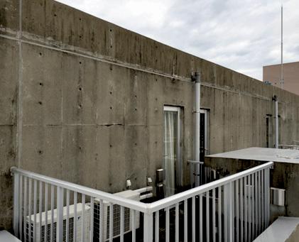 2.1 築12年のコンクリート打放し構造物。外壁の 汚れが顕著。