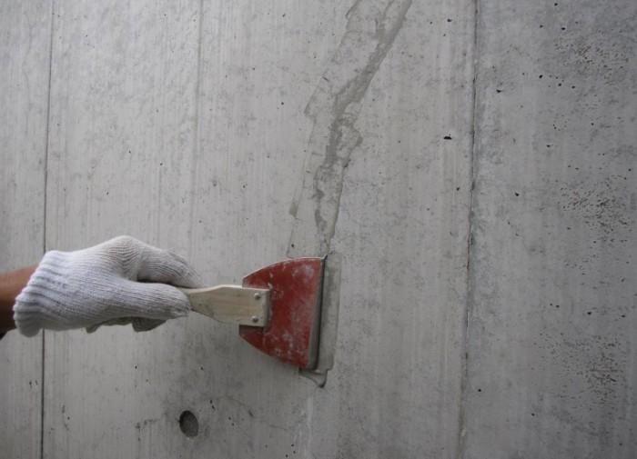 クラック補修 Sクリートクラック工法 調合したSクリートクラックの主 材をゴムベラにてクラックにす り込んでいく。