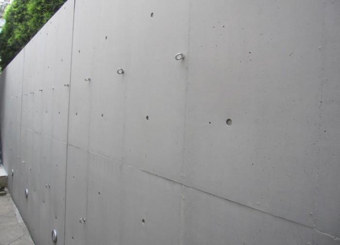 工事完了 クラック補修跡や変色部位も 目立たなく、綺麗に仕上がって いる。 Sクリートカラーは、ボカシ塗り (はたき塗り)をする場合もあ るが、今回はローラー2回塗り で仕上げている。