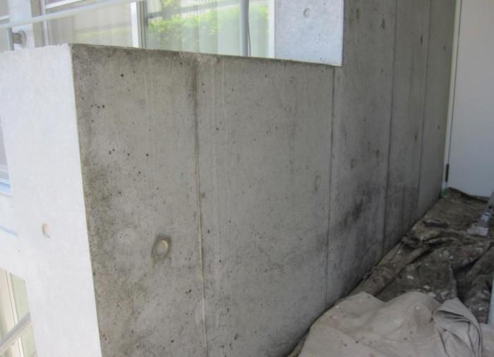 コンクリート打ち放し壁 コンクリート下端に黒ずみが 残ってしまっている