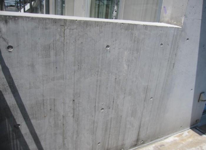 ベランダ内壁 クラックが多数発生しているの で、Sクリートクラックをすり込 み後。