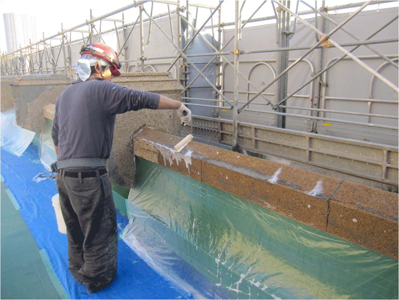 屋上笠木、セメント洗い出し仕上部分に防水・保護のためSクリートガードを塗布 2
