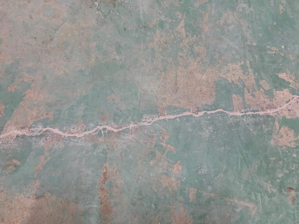 クラックには超微粒子セメント(Sクリートクラック工法)をゴムベラにてすり込む。